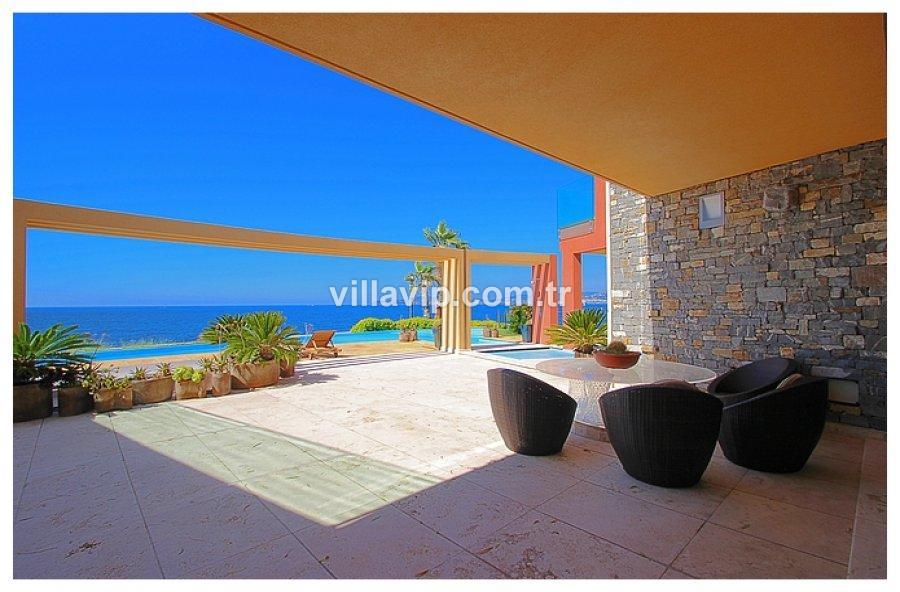 Cote D'azur Kıyısında Nefes Kesen Bir Villa görseli