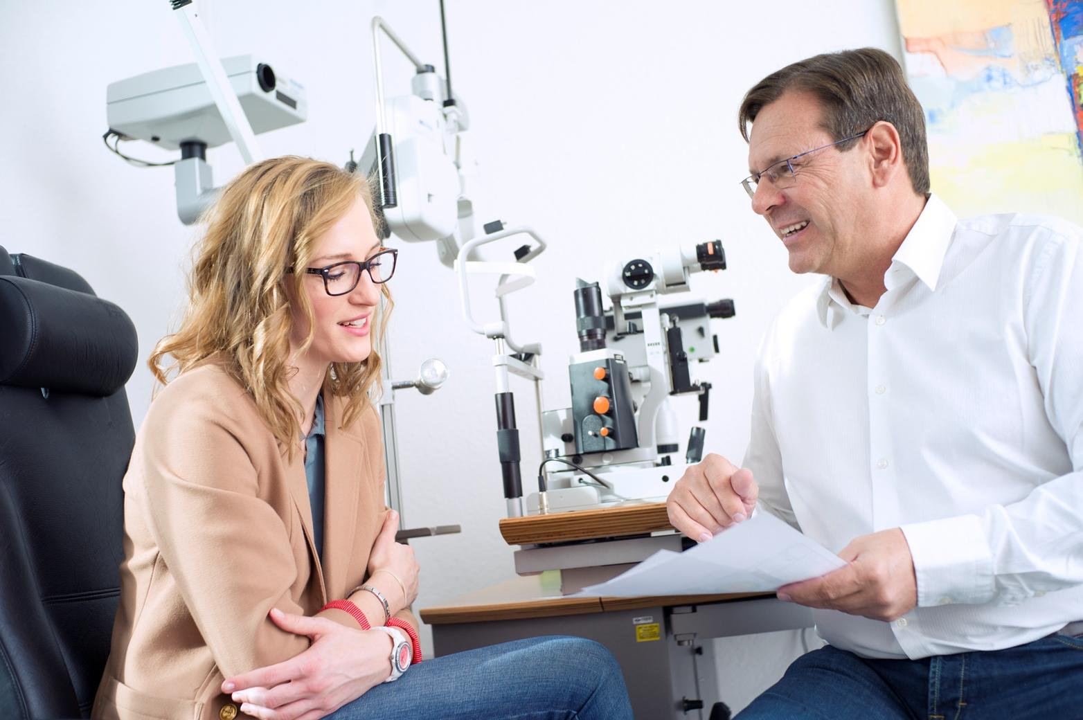 Augenarzt Bertram Meyer Patientengespräch