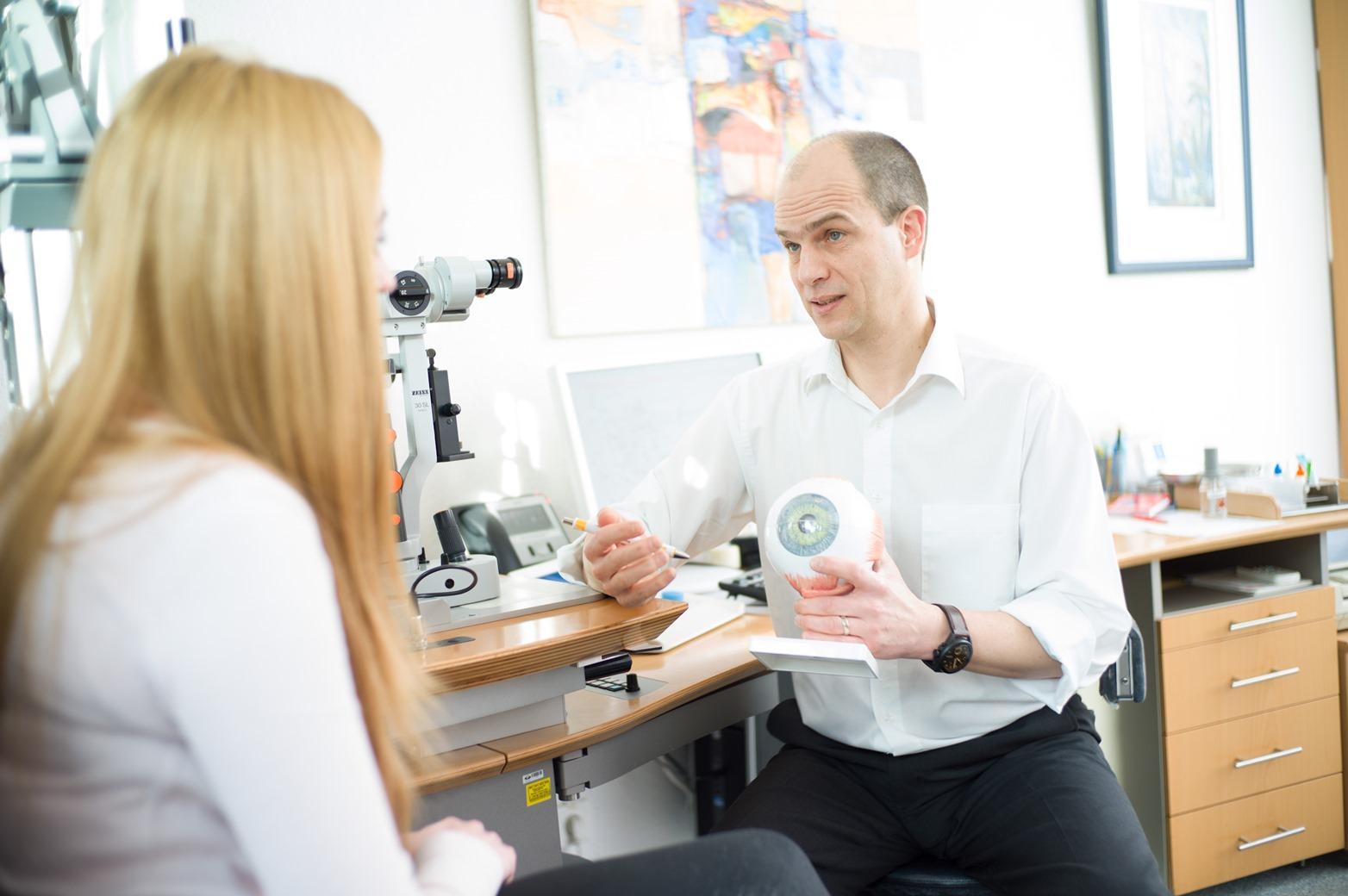 Patientengespräch Augenarzt Ralph Neuber