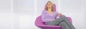 Frau entspannt in lila Lehnsessel