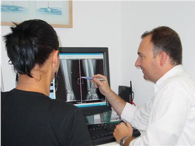 Patientengespräch Röntgenbild Dr. Carstenholz Orthopäde Frankfurt am Main