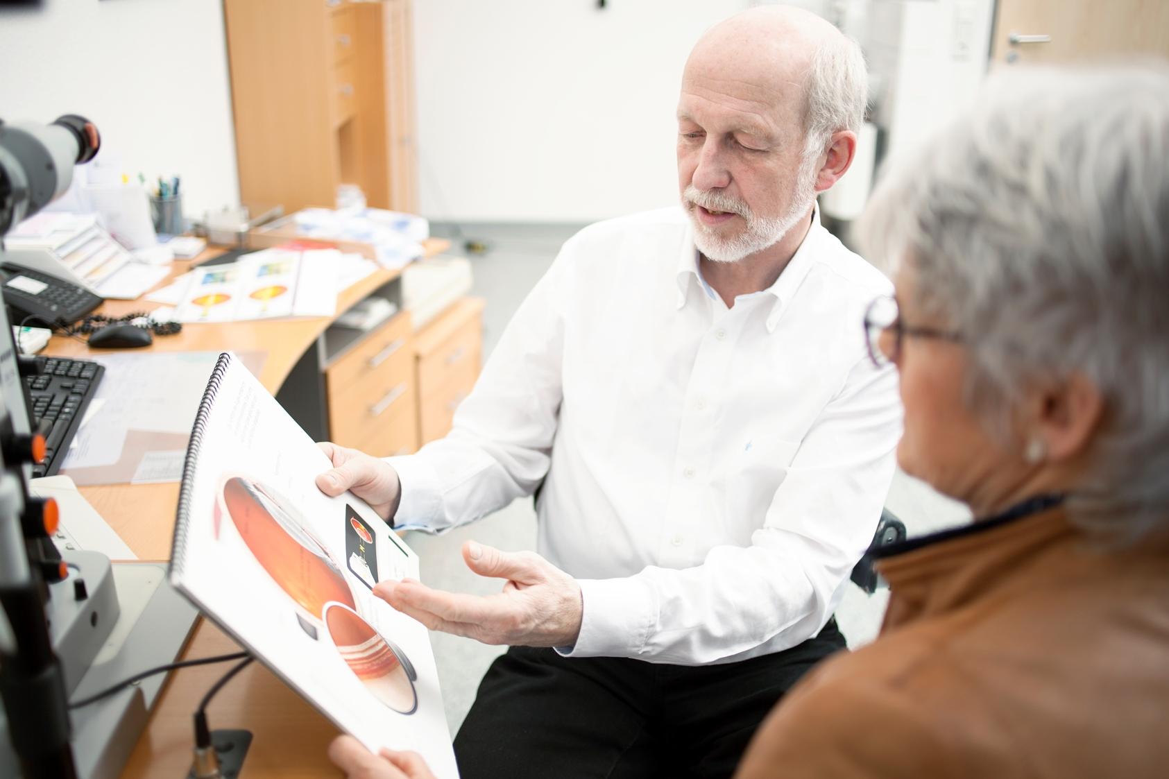 Augenarzt Norbert Körber bei der Patientenberatung