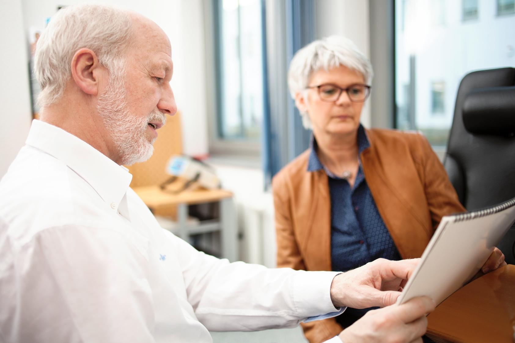 Augenarzt Norbert Körber im Patientengespräch