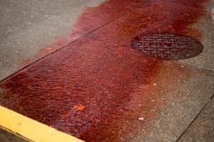 Scie di sangue sull'asfalto