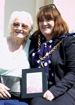 Councillor Catherine Rose, the Mayor of Southwark, with Elsie Taylor's niece, Pat Crouzieres, at the