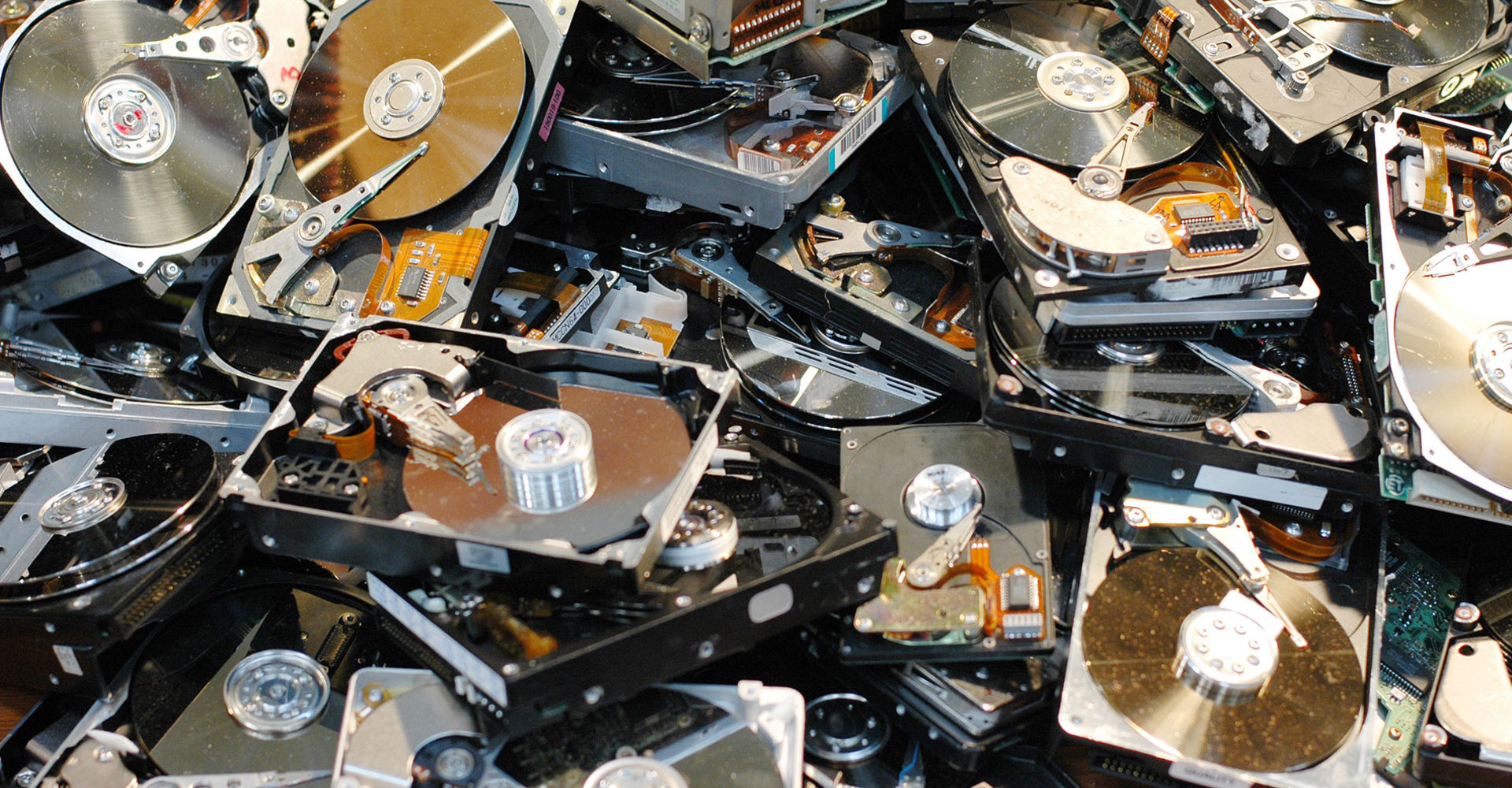 Distruzione hard disk sfondo 1