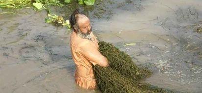 Eco baba pulisce il fiume