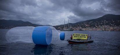 Greenpeace: bottiglia gigante in mare contro l'inquinamento