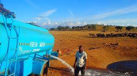 Water man: l'uomo che salva gli elefanti assetati