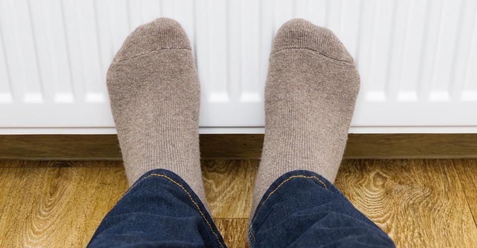 """> <h3>Ren, varm och torr, tack!</h3> <p>Ull är ett naturmaterial som reglerar temperaturen och effektivt transporterar bort fukt. Därför är ull perfekt i strumpor, eftersom materialet både håller fötterna varm och torra. Ull har också naturligt bakteriedödande egenskaper som kan förhindra svettlukt. Detta är en trevlig bonus med tanke på att fötterna är den kroppsdel som har flest svettkörtlar. Du har faktiskt över 250 000 stycken svettkörtlar i varje fot. Var och en av dessa bidrar till att bibehålla en normal fuktbalans för fötterna och de kyler ner kroppen vid ansträngning. Visste du förresten att varje fot producerar runt 2 deciliter fukt varje dag? Då är bra skor, fothygien och bra strumpor nödvändiga för att undvika de fruktade tåfisarna. </p> <h3>När silver är guld</h3> <p>Uttrycket """"född med silversked i mun"""" har en dubbel betydelse. Det betyder dels att vara född och uppvuxen i en familj som har gott ställt men också att silver har antibakteriella egenskaper. När man åt med silverbestick förr i tiden var sannolikheten större att man inte blev sjuk. Man vävde också in silvertrådar i strumpor för att förhindra att bakterier frodades. På så vis minimerades dessutom dålig lukt.</p> <p>Att använda material som andas som till exempel ull, bidrar till att fukt förångas snabbare. Om du besväras av fotsvett ska du med andra ord undvika strumpor som består av en hög andel syntetiska material, eftersom dessa material inte kan ta hand om bakterier som frodas. Du ska också byta strumpor ofta, helst varje dag. </p> <p>Silver Sock är en kvalitetsstrumpa i bomull med en bekväm passform som aktivt bekämpar dålig lukt. De är stickade med 10 % äkta silvertråd i foten och kan på så vis eliminera upp till 99 % av alla bakterier inom en timme.</p> <p><a href="""