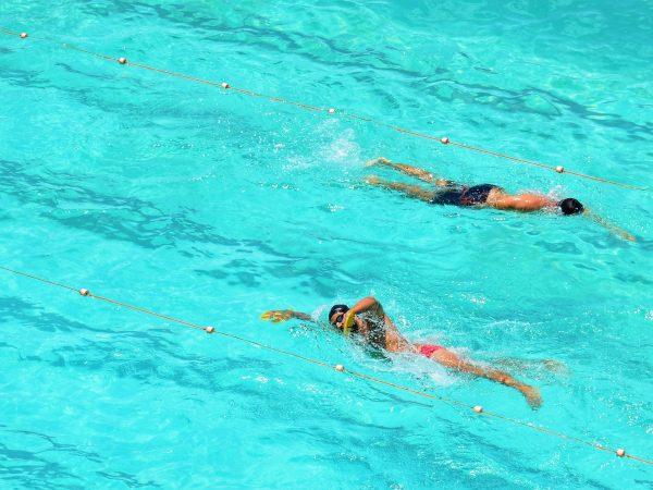 5 modi per nuotare più veloce