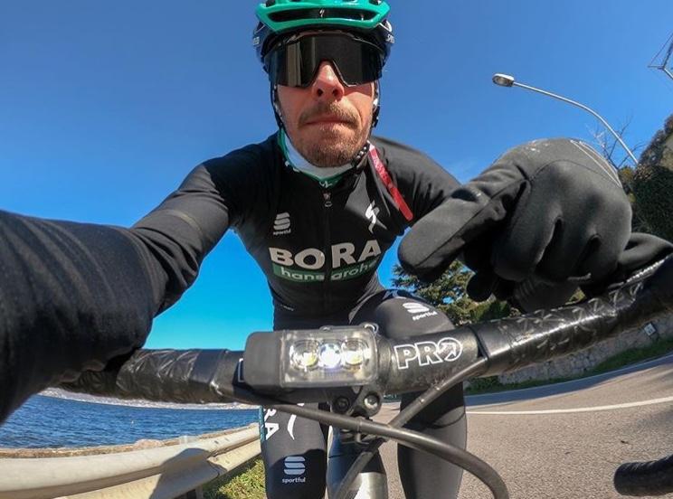 I ciclisti professionisti accendono le luci per la sicurezza stradale