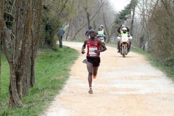 """L'ex idraulico dopo la vittoria alla Treviso Marathon 2018 ha aperto una piccola """"azienda agricola"""" in Africa"""