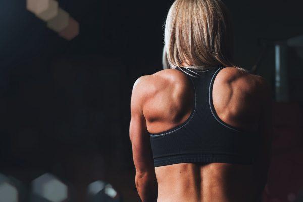 Come i tempi di recupero influenzano l'allenamento coi pesi