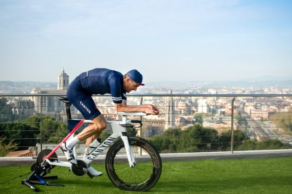 "Raccolta fondi di Jan Frodeno ""IRONMAN AT HOME"", sostenuto da Canyon."