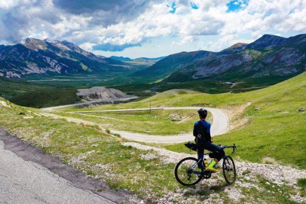 Omar Di Felice attraversa le Alpi.