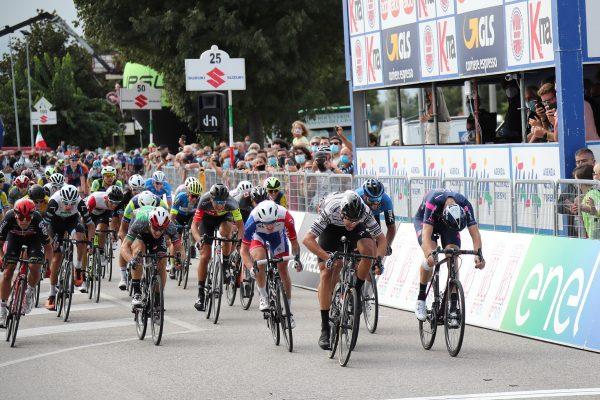 Jonathan Milan in volata si aggiudica la 5a tappa del Giro d'Italia under 23 ENEL