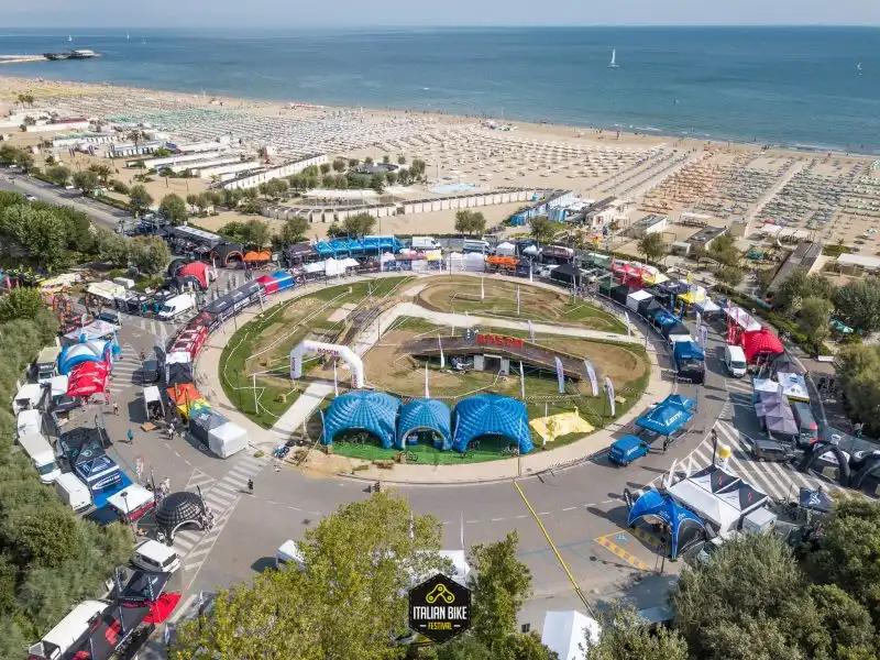 A Rimini Bike Festival esposto il trofeo del Giro d'Italia