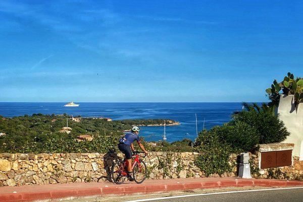 Uno sguardo diverso alla Costa Smeralda, dalla bici