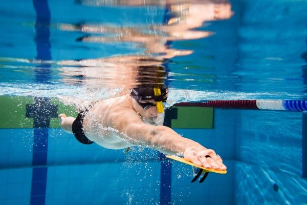 Le palette, accessori utili nell'allenamento di nuoto