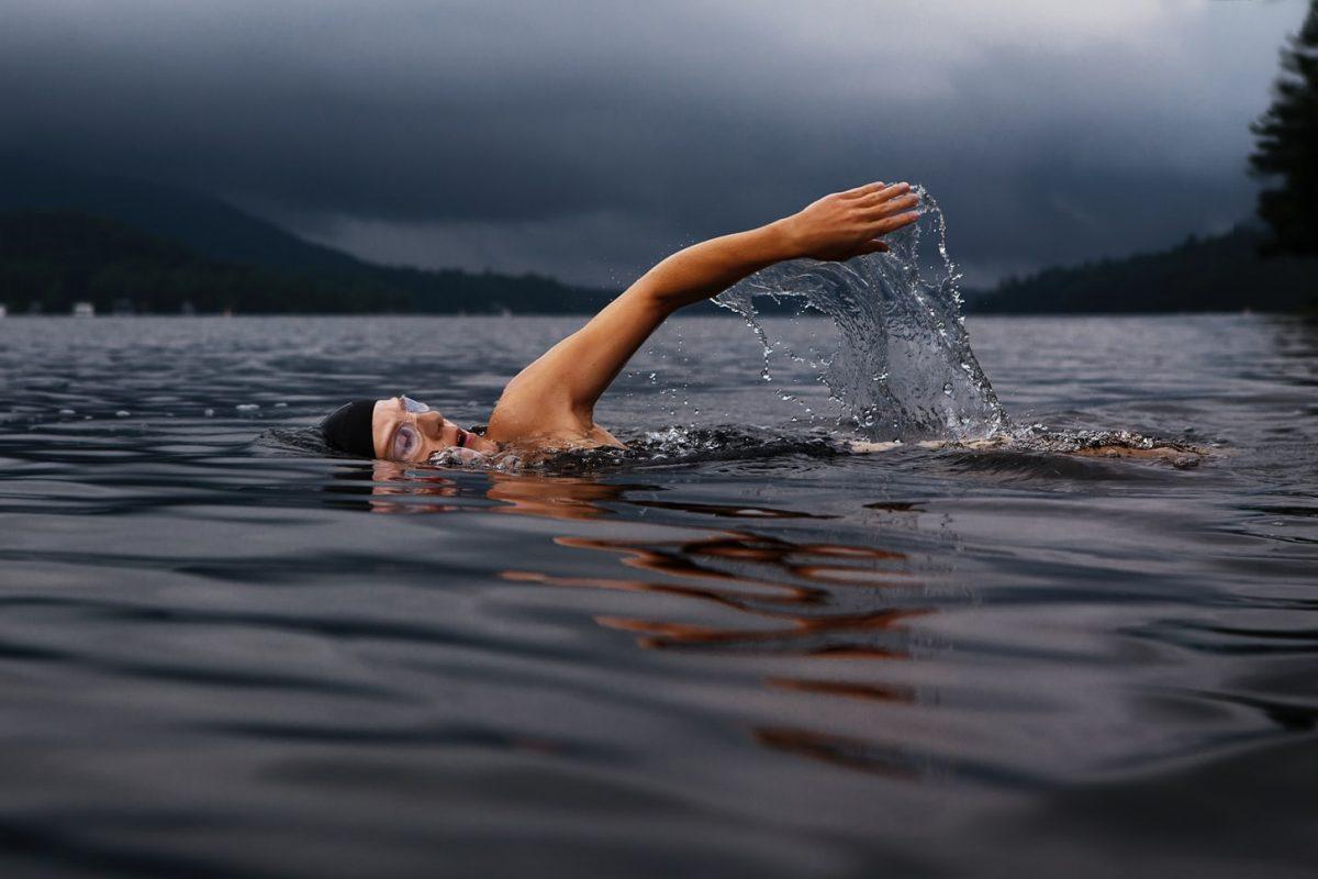 Addominali per il nuoto, ecco quattro esercizi completi