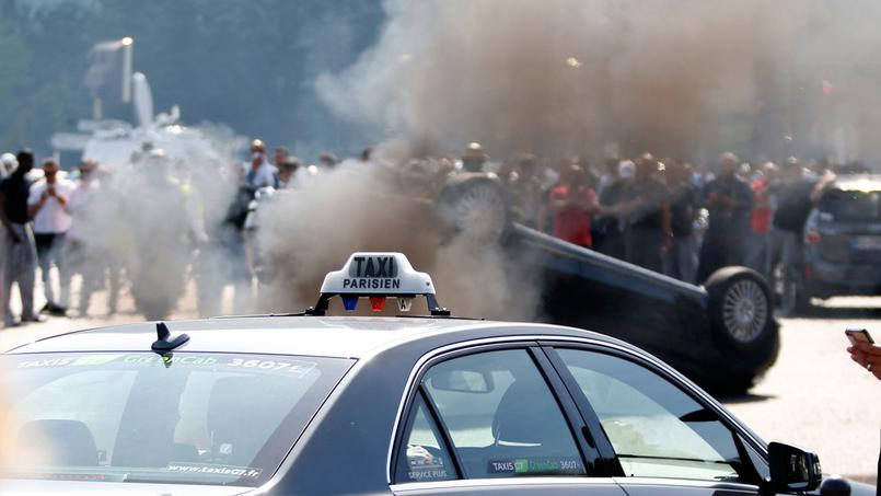 Un grup de taxistes després de bolcar el cotxe d'un presumpte col·laborador d'Uber / Foto: France TV