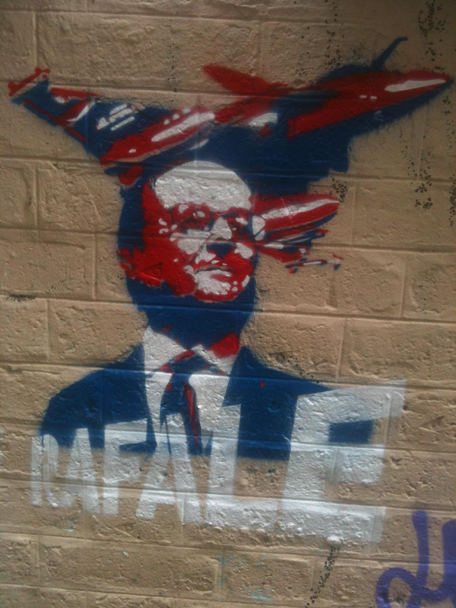 Grafitti aparegut al districte 10, amb el president Hollande i un avió caça 'Rafale', dissenyat i construït a França / Xavi Espinet