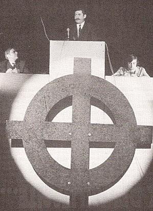 Miting d'Ordre nouveau, finals dels 60. A la tribuna, François Brigneau, la pluma de Jean-Marie Le Pen durant vint anys.