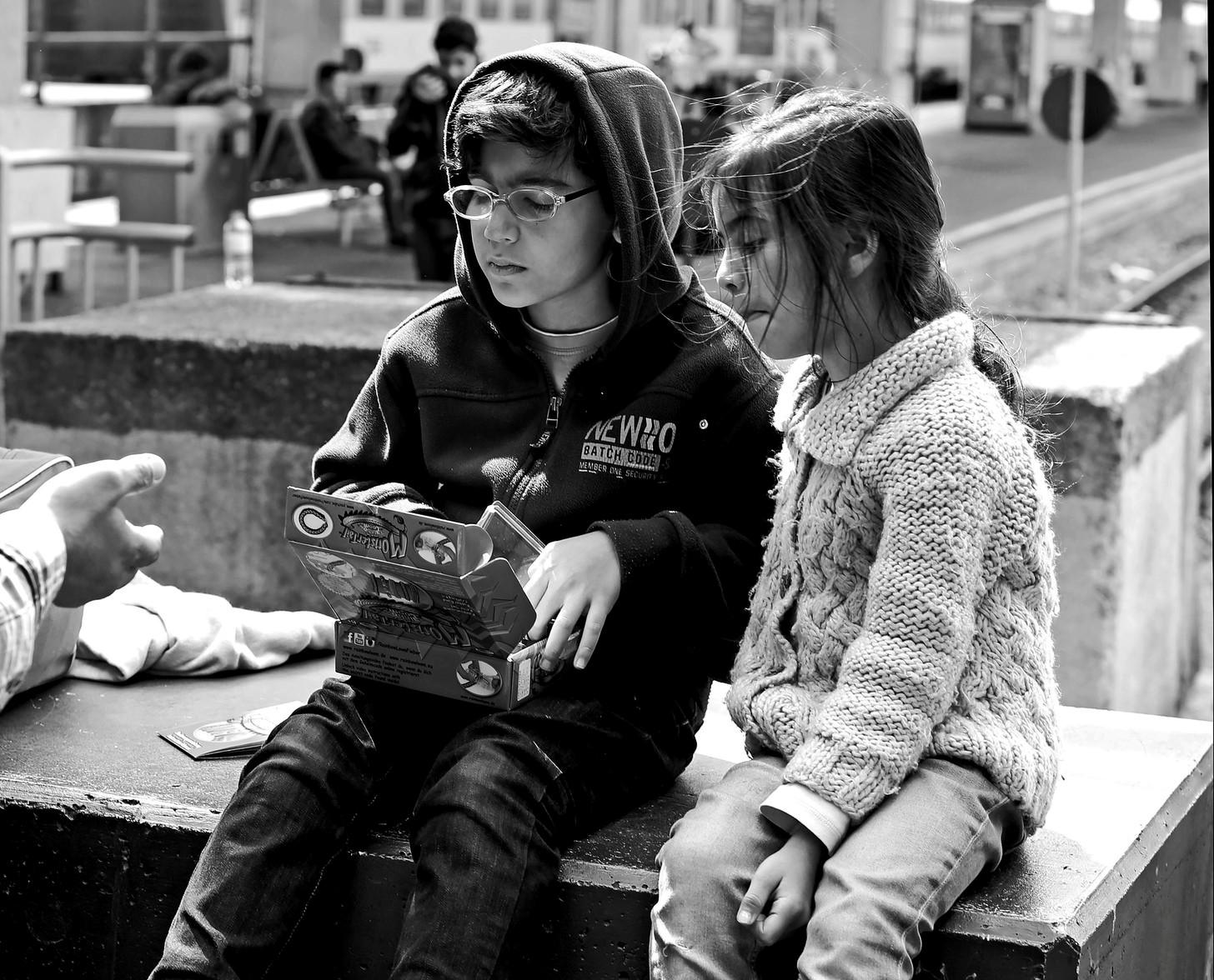 Un nen i una nena refugiats a l'estació de Viena, el passat setembre / Josh Zakary