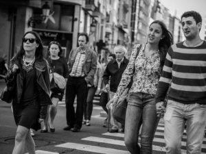 Dones i homes caminant pel carrer / Foto: k59