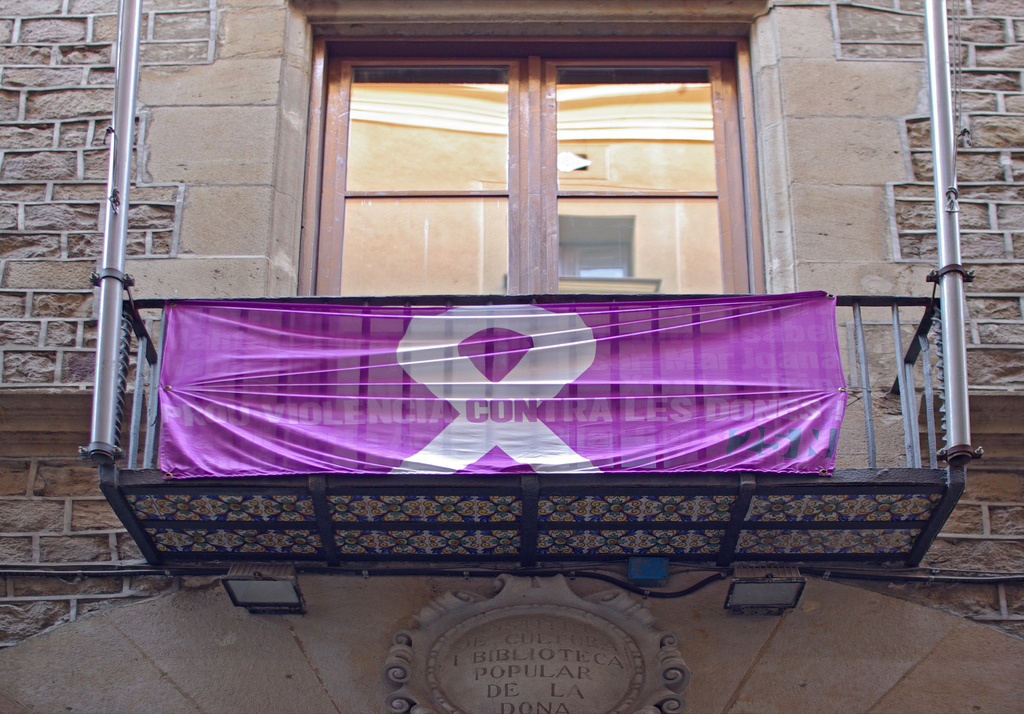 Balcó amb un reclam contra la violència contra les dones / P. MOSCAS