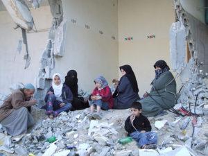 Les dones són doblement víctimes de les guerres, com evidencia aquesta escena de la destrucció a la Franja de Gaza / RafahKid Kid