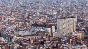 Vista general de la ciutat de Barcelona, en la qual queda clara la barreja de zones més ordenades i d'altres més caòtiques / Jordi Cucurull