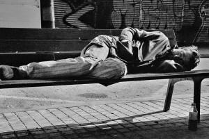 Una persona descansa en un banc a la ciutat de Barcelona / JORDI BORRÀS