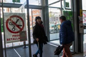 Cartell contra les retallades en un hospital de Barcelona / JORDI BORRÀS