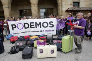 Acte de Podemos a Oviedo amb maletes de viatge per simbolitzar la immigració de joves espanyols / PODEMOS