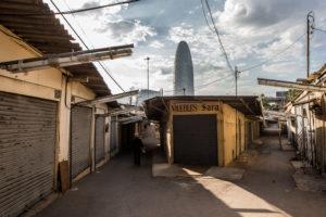 Els antics Encants de Barcelona amb la Torre Agbar de fons / JORDI BORRÀS