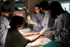 Metges en un quiròfan hospitalari / JORDI BORRÀS