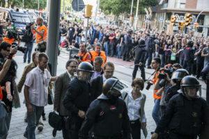 Diputats d'ICV-EUiA entren al Parlament entre manifestants i policies / JORDI BORRÀS