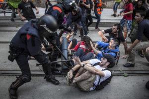 Policies colpegen un grup de manifestants durant la concentració davant del Parlament / JORDI BORRÀS