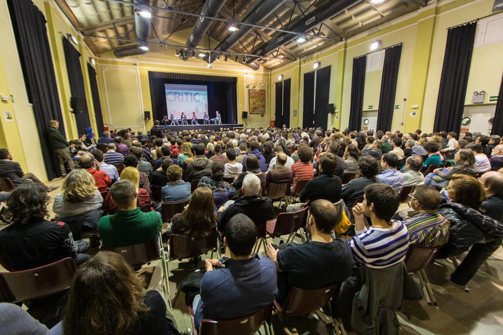 Unes 450 persones van omplir la sala del Casinet d'Hostafrancs per veure el debat / JORDI BORRÀS