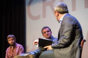 Jaume Collboni i Alfred Bosch, amb el moderador del debat Sergi Picazo / JORDI BORRÀS
