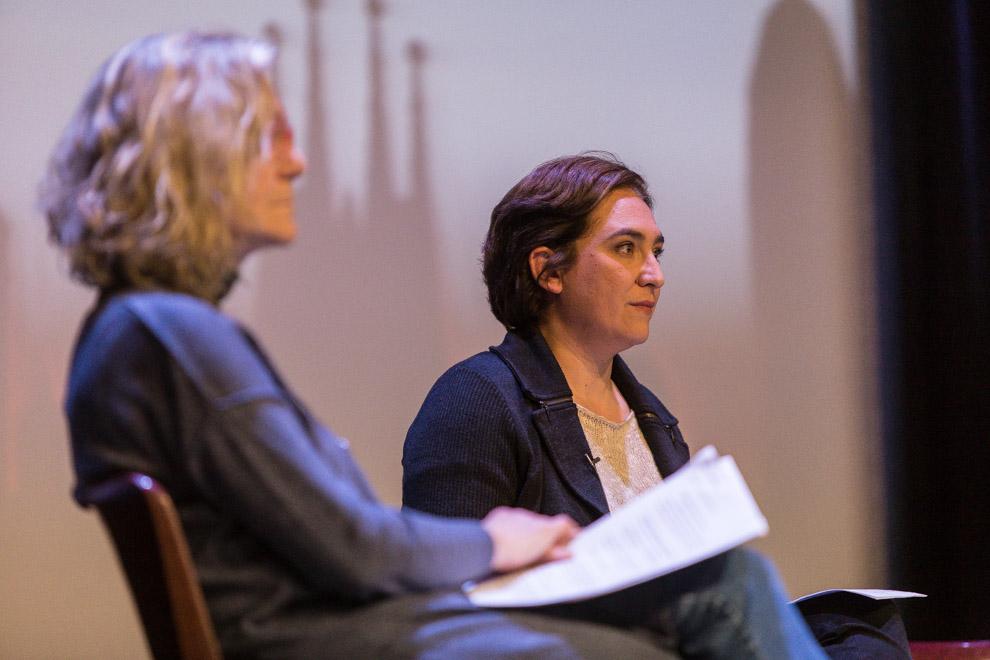 María José Lecha i Ada Colau, en un moment del debat / JORDI BORRÀS