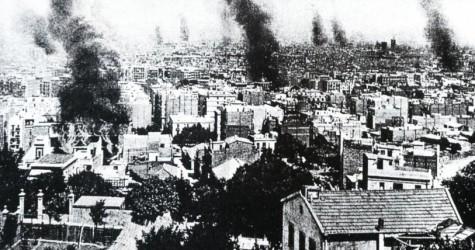 La Setmana Tràgica, a Barcelona, amb esglésies i edificis cremant / DESCONEGUT - Josep L. Roig: Historia de Barcelona, Ed. Primera Plana