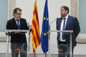 El president Artur Mas i el cap de l'oposició Oriol Junqueras, durant la firma del pacte d'estabilitat al Parlament / CDC