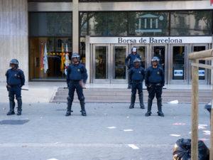 Borsa de Barcelona vigilada pels Mossos d'Esquadra davant d'una protesta social / ANTONIO OLMEDO