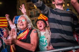 Celebració a Barcelona d'un grup de votants de Junts pel Sí durant la nit electoral del 27-S / JORDI BORRÀS