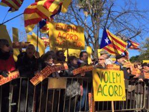"""Concentració de l'Assemblea Nacional Catalana amb pancartes com """"Exigim un acord JxS i CUP"""" / ANC"""