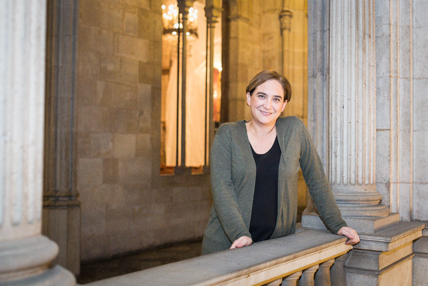 L'alcaldessa de Barcelona Ada Colau posa dins el palau de l'Ajuntament de Barcelona / JORDI BORRÀS