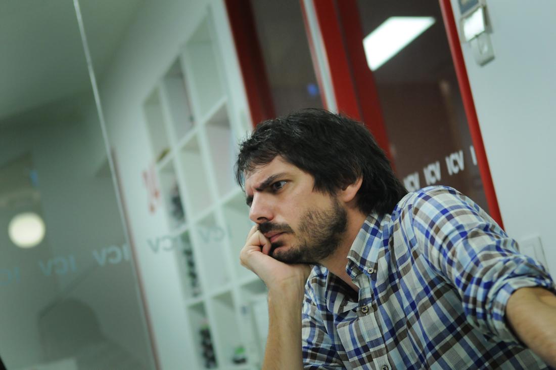 Camisa de quadres, barba i posat seriós. El jove eurodiputat Ernest Urtasun, fotografiat en un despatx de la seu d'ICV / IVAN G. COSTA